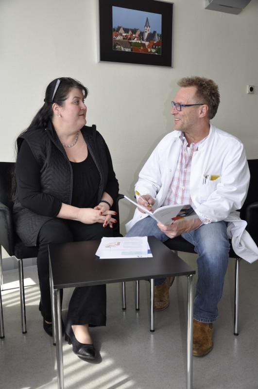 Dr. Jürgen Hain bespricht die OP mit der Patientin Petra Dächert