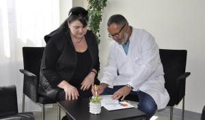 Chefarzt Dr. Hain mit Patientin Petra Dächert