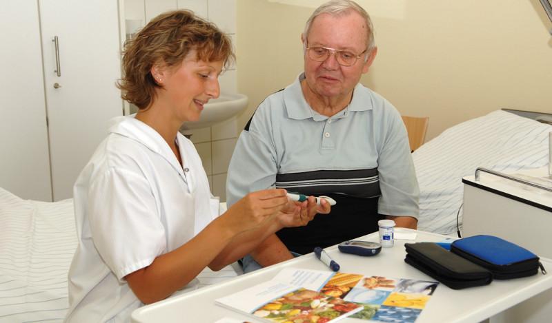 Krankenpflegerin mit Patient