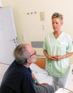 Martina Pohl und ein Patient. © Kreiskliniken Darmstadt-Dieburg